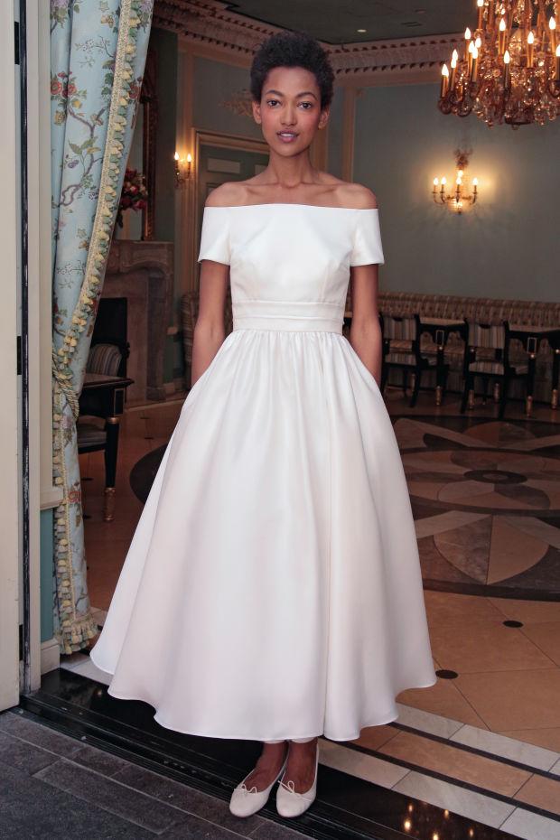 Модель в платье из свадебной коллекции Delphine Manivet 2017