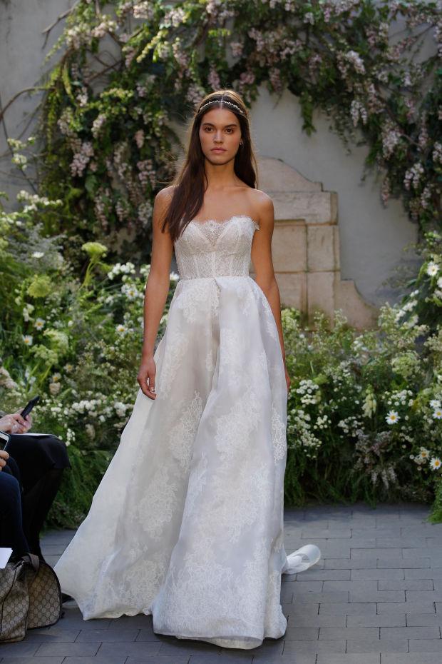 Модель в платье из свадебной коллекции Monique Lhuillier 2017