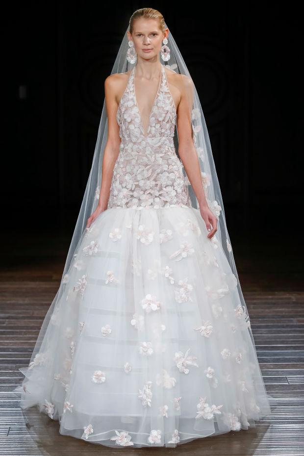 Модель в платье из свадебной коллекции Naeem Khan 2017
