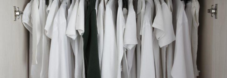 Шкаф с белой одеждой