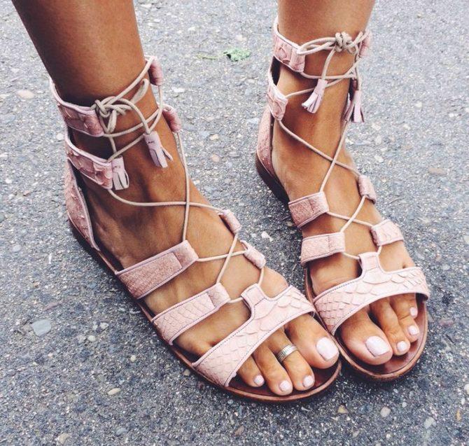 Сандалии на шнуровке