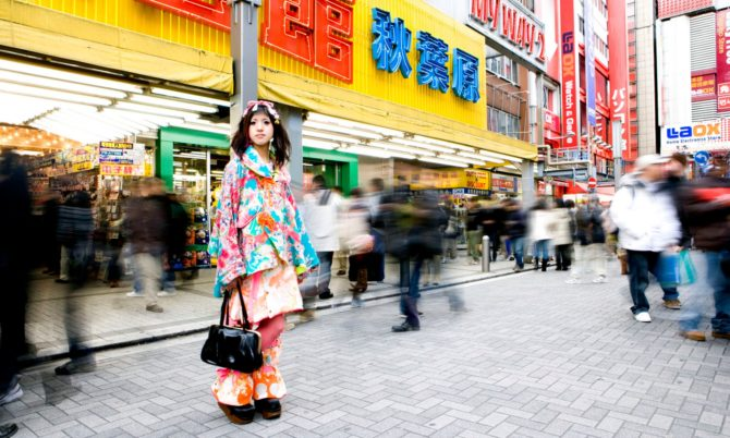 Японка на оживлённой улице