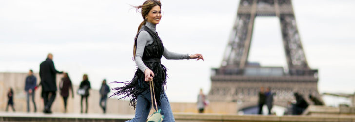 Девушка на фоне Эйфелевой башни