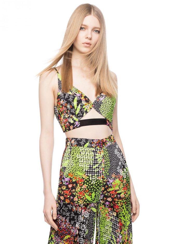 Модель в наряде от Versace
