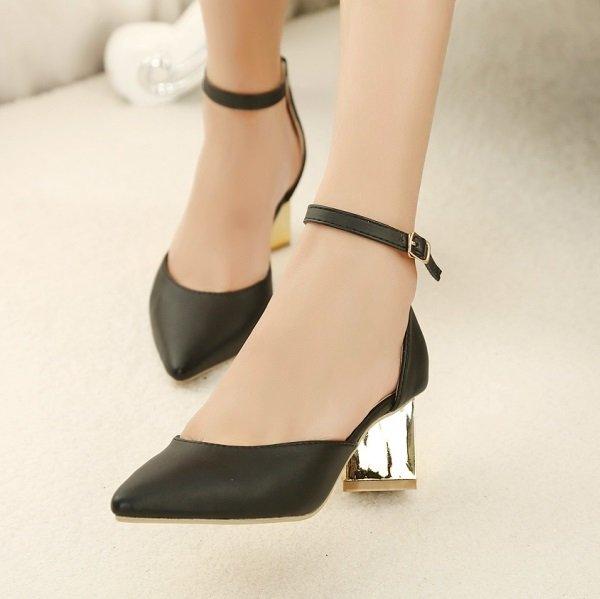 на фото черные туфли с ремешками