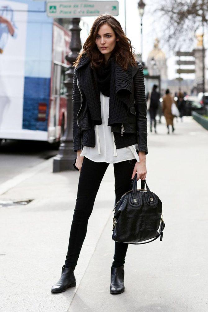 Кожаная куртка с темными брюками