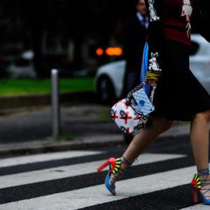 Девушка перебегает дорогу