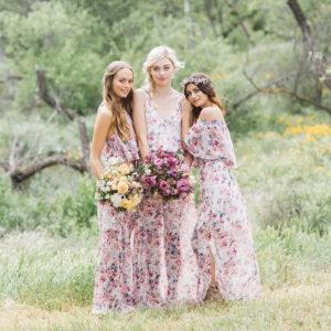 Девушки в платьях с цветочным принтом
