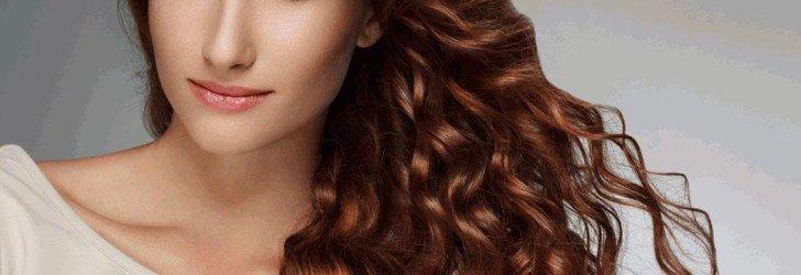 Девушка со вьющимися волосами