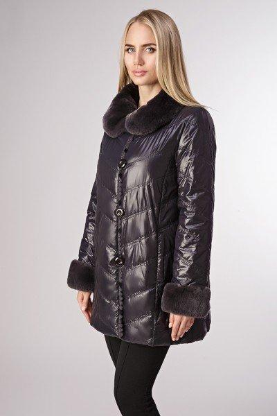 Модель в черной двусторонней куртке на меху кролика