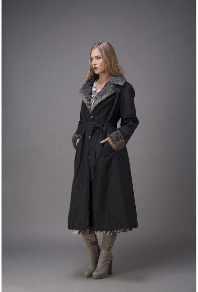 Модель в черном пальто на кролике