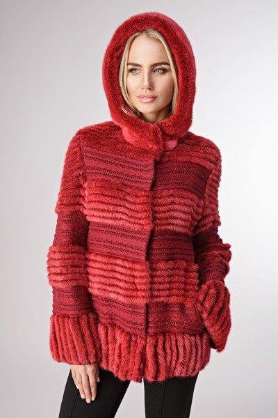 Модель в куртке из вязаной норки с трикотажем