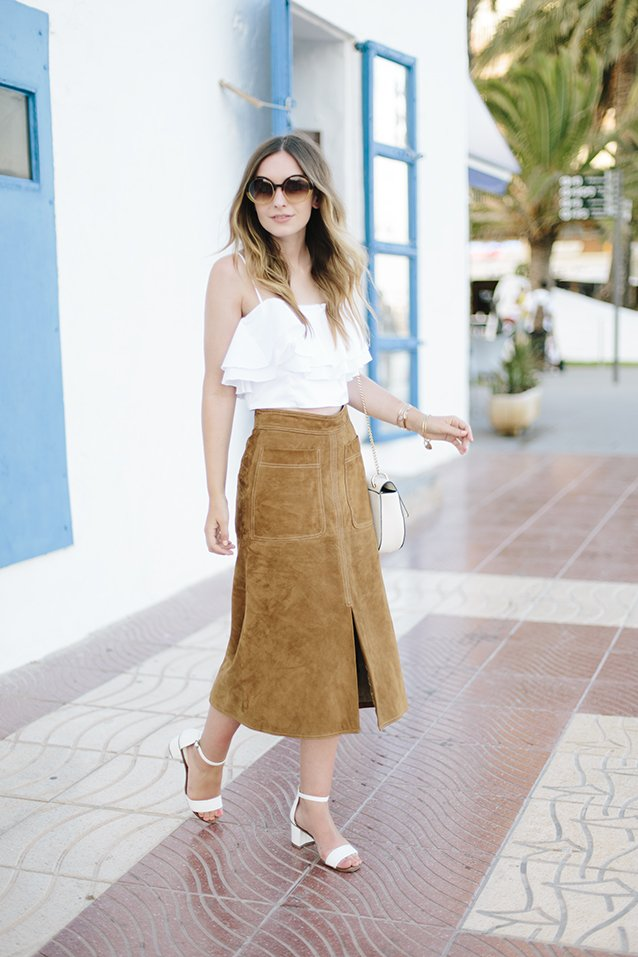 Девушка в замшевой юбке от M&S