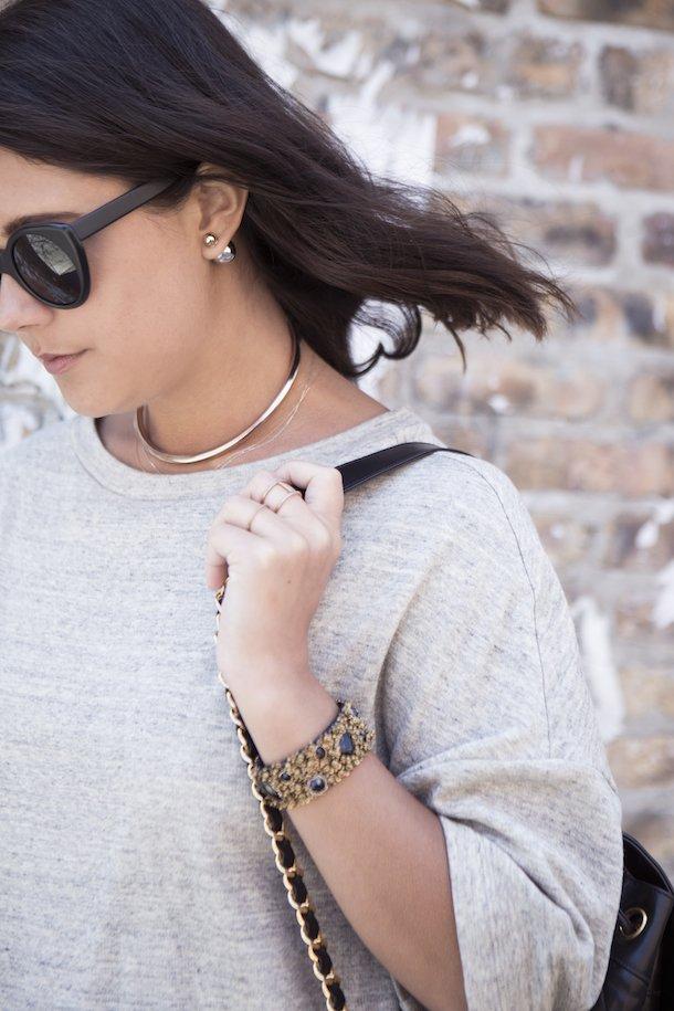 Девушка с серьгами-пусетами в стиле Dior в ушах