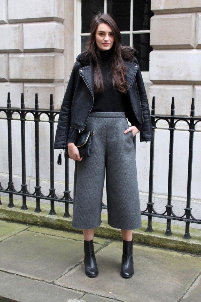 Девушка в наряде с чёрной водолазкой
