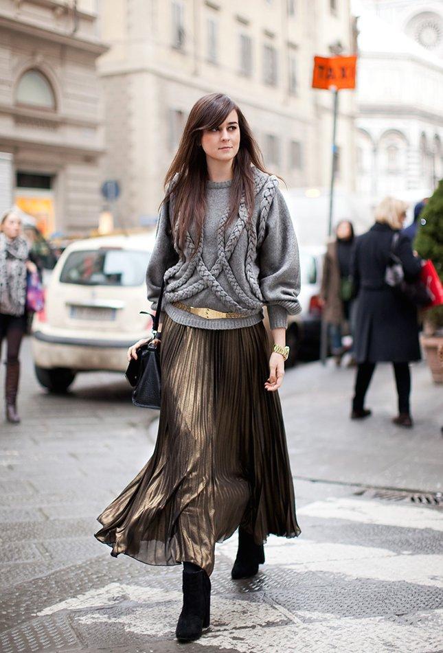 Девушка в необычном наряде с юбкой цвета металлик