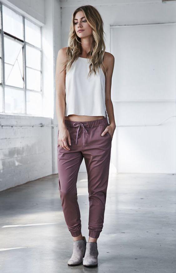 Девушка в брюках марки Pacsun