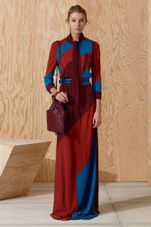 Модель в платье с полосами контрастных цветов
