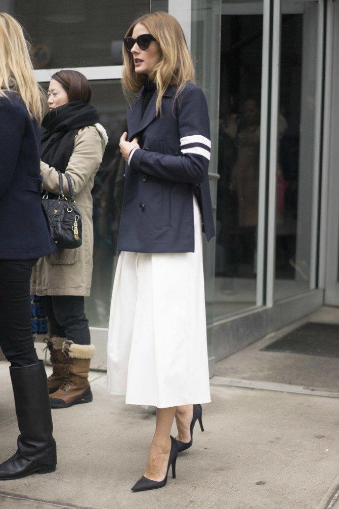 Девушка в блейзере поверх длинной юбки