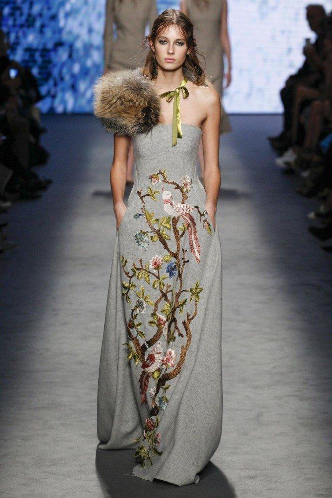 Девушка в платье от Alberta Ferretti
