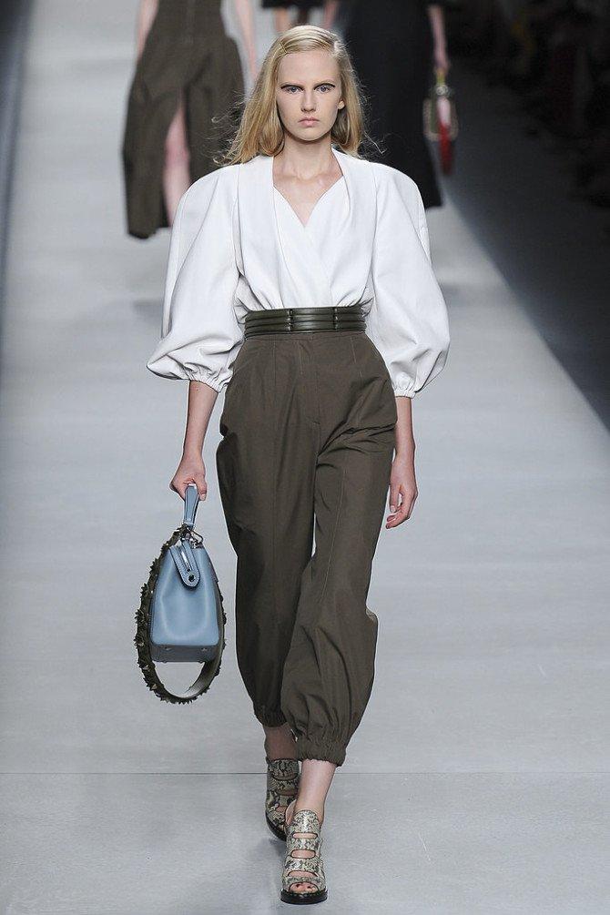 Девушка в рубашке и брюках от Fendi