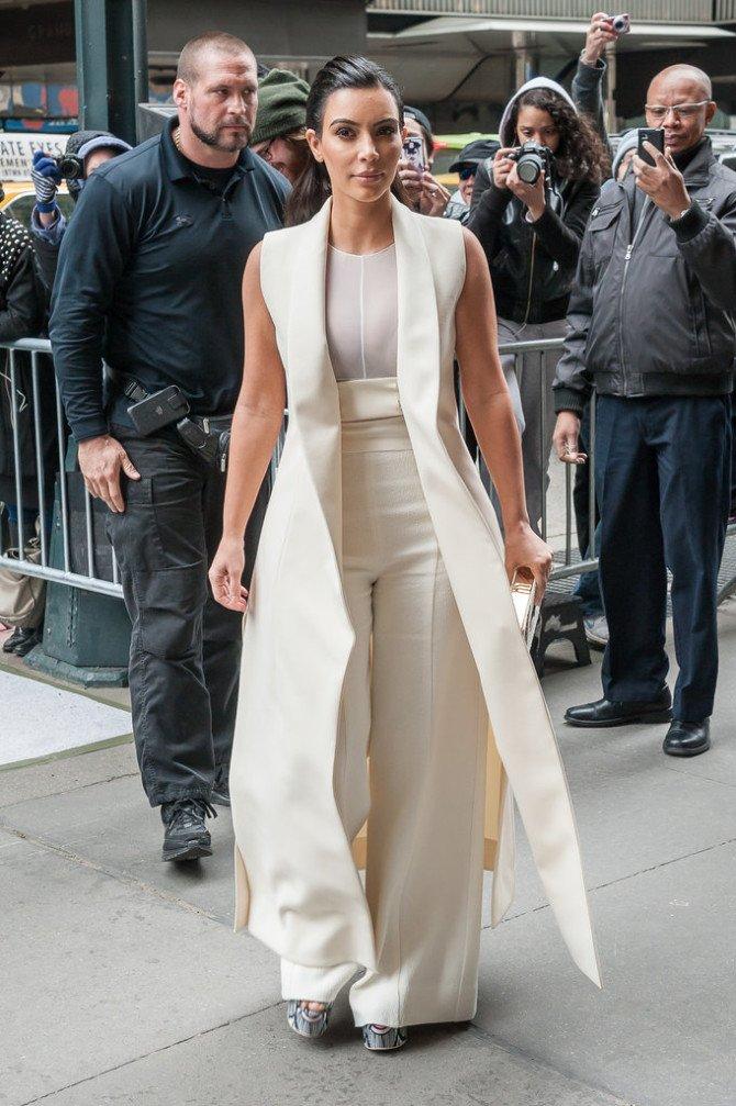 Ким Кардашьян в широких штанах и жакете-пыльнике