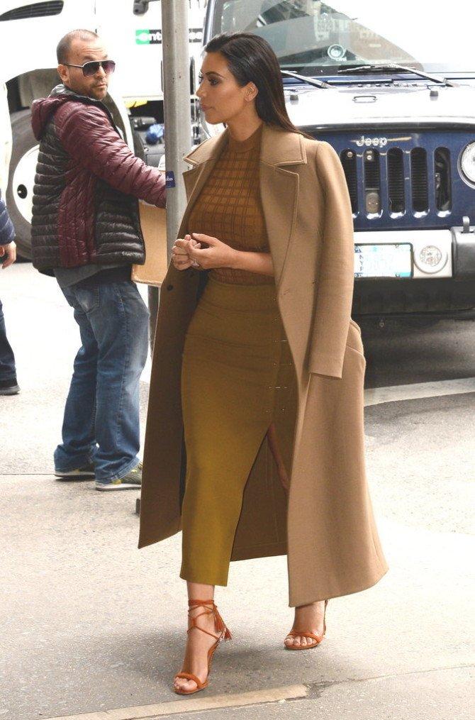 Ким в обтягивающем комплекте горчичного цвета