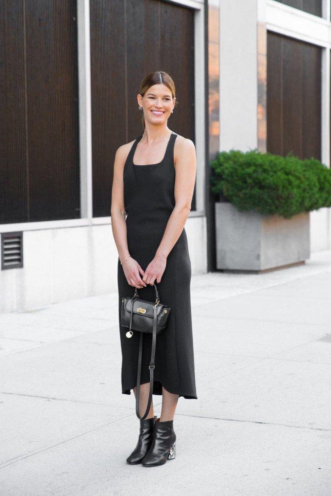 Девушка в длинном чёрном платье