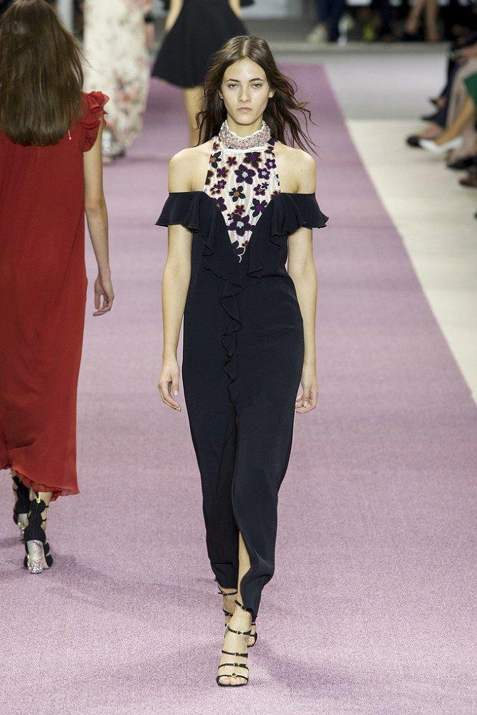 Модель в платье от Giambattista Valli