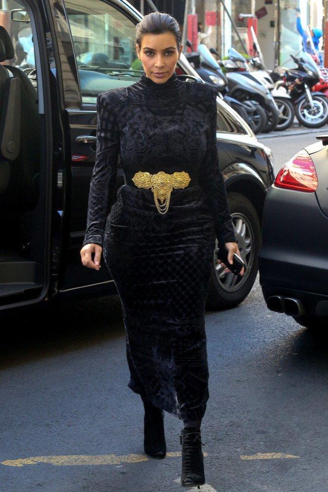 Чёрное бархатное платье с золотистым поясом на Ким