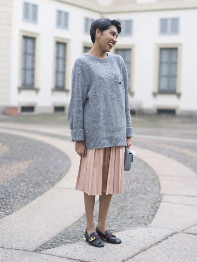 Девушка в свитере, юбке и лоферах