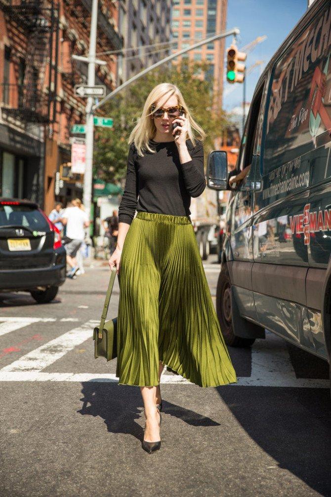 Девушка в зелёной юбке-полусолнце