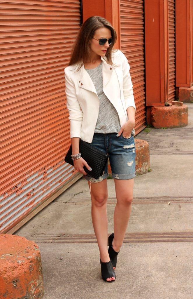 Девушка в джинсовых шортах с отворотами