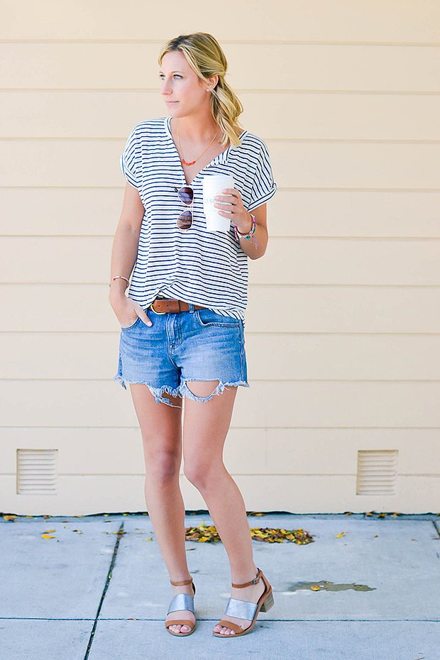 Девушка в полосатой футболке и джинсовых шортах