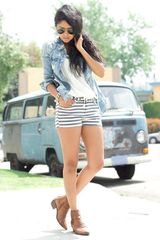 Девушка в полосатых шортах