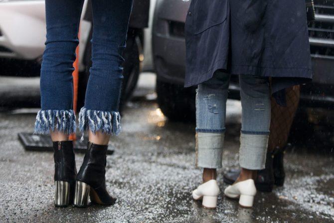 Ноги девушек в джинсах с бахромой