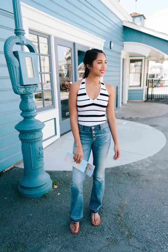 Девушка в джинсах и полосатой майке