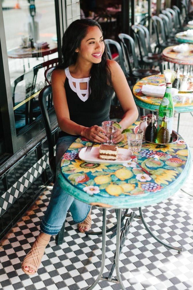 Девушка на летней террасе кафе