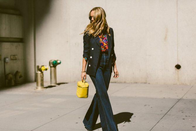 Девушка в джинсах-клёш