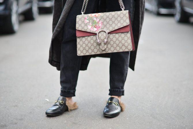 Лоферы и сумка отGucci внаряде девушки