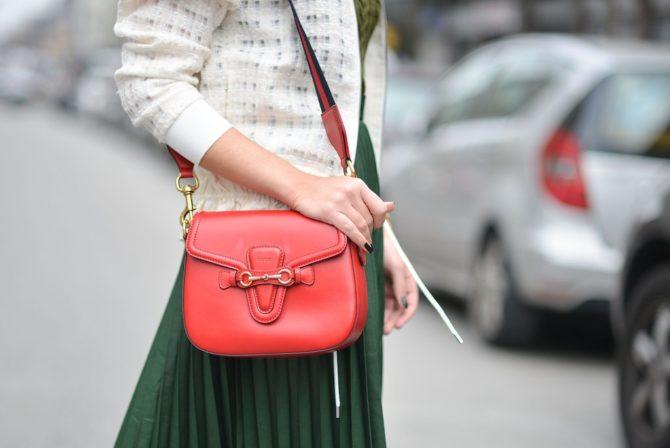 Девушка с красной сумкой от Gucci