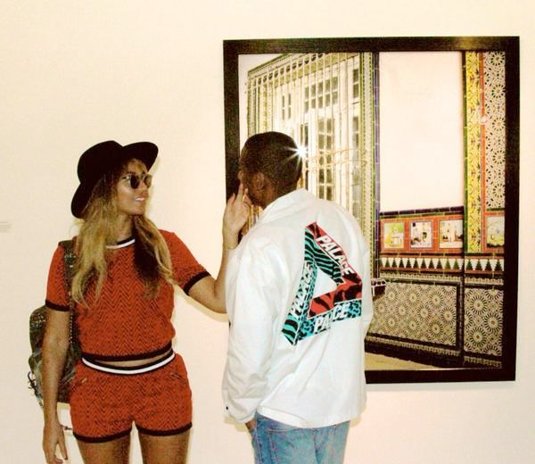 Jay-Z в рубашке от Palace и Бейонсе