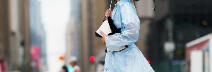 Одетая в дождевик девушка с зонтом