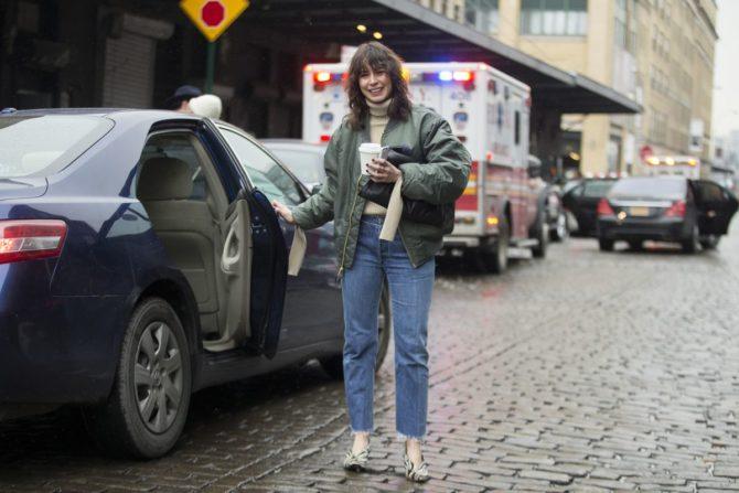 Девушка в джинсах прямого покроя