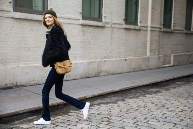 Девушка в джинсах-дудочках