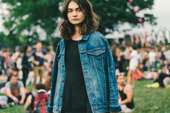 Девушка в джинсовом жакете
