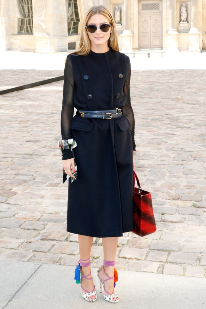 Оливия Палермо в тёмном наряде с яркими туфлями