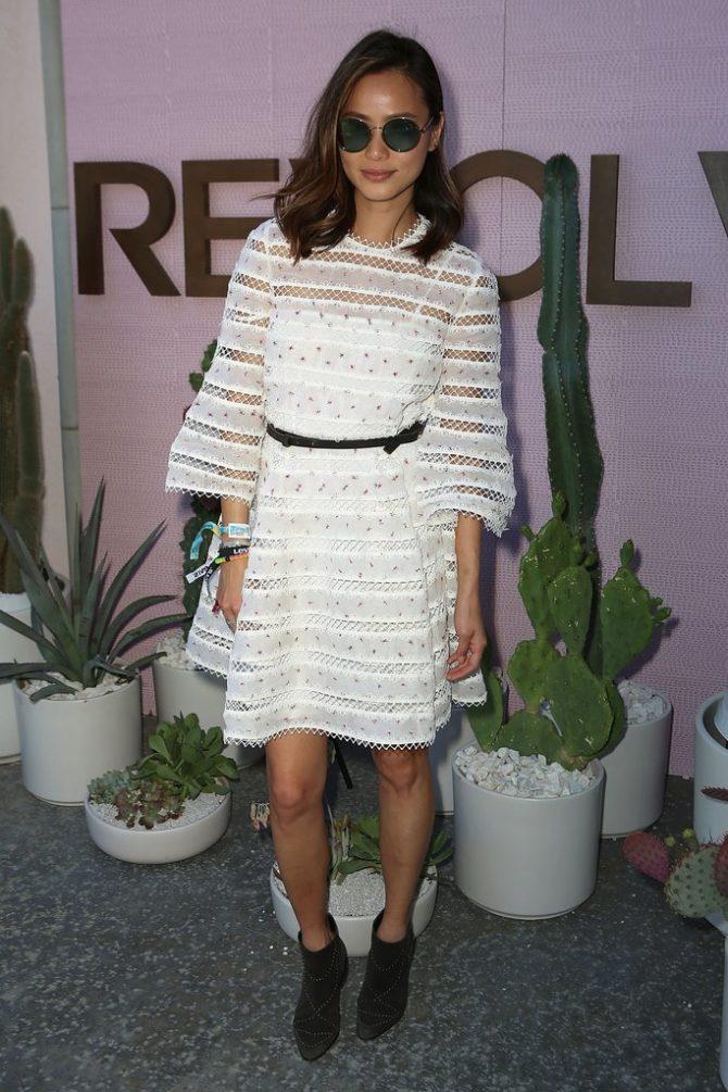 Образ с белым платьем с кружевом и перфорацией