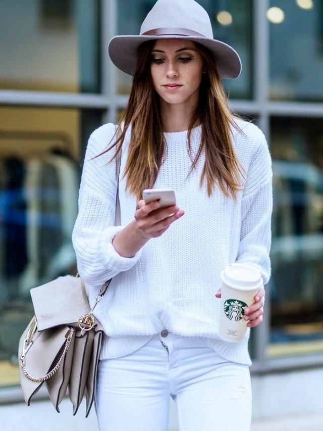 Девушка в белом образе со шляпой