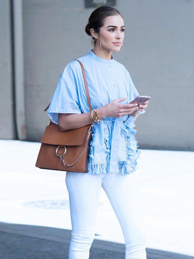 Девушка в образе с белыми джинсами